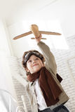 Pojke med flygplanet i hand Royaltyfri Bild