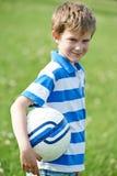 Pojke med fotboll Arkivfoton
