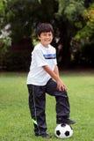 Pojke med fotbollbollen Arkivbild