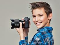 Pojke med fotokameran som tar bilder Arkivfoton