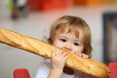 Pojke med franskt bröd fotografering för bildbyråer