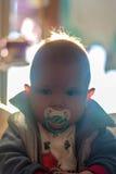 Pojke med fredsmäklaren Arkivfoton