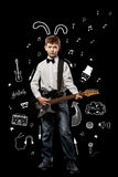 Pojke med gitarren arkivbild