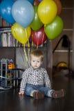 Pojke med gruppen av färgrika ballonger Royaltyfri Fotografi