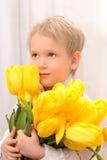 Pojke med gula tulpan Royaltyfri Fotografi