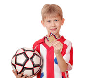 Pojke med guldmedaljen och bollen Royaltyfri Bild