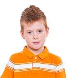 Pojke med gulliga ankungar Arkivbild