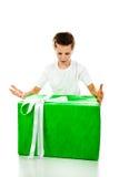 Pojke med gåvan Fotografering för Bildbyråer
