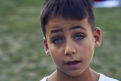 Pojke med härliga gröna ögon arkivfoton