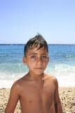 Pojke med härliga gröna ögon på stranden arkivbilder