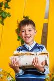 Pojke med högen av vedträt Arkivbild