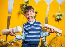 Pojke med högen av vedträt Royaltyfri Foto