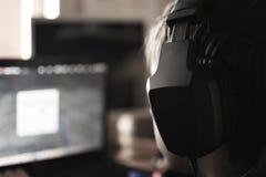 Pojke med hörlurar Arkivbilder