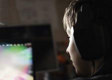 Pojke med hörlurar Fotografering för Bildbyråer