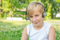 Pojke med hörlurar utomhus Arkivfoton