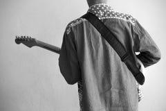 Pojke med hans elektriska gitarr Få klar för Sten för showen ikväll Arkivbild