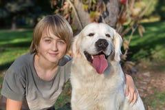 Pojke med hans hund i parken royaltyfri fotografi