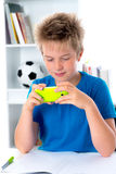 Pojke med hans smartphone Arkivfoto