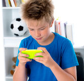 Pojke med hans smartphone Arkivbild