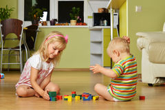 Pojke med hans syster Royaltyfria Foton