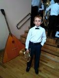 Pojke med hornet efter konsert royaltyfri fotografi