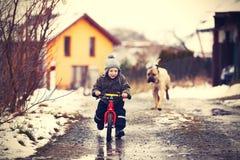 Pojke med hunden Royaltyfri Bild