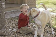 Pojke med hunden Arkivfoton