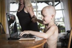 Pojke med internetberoende Arkivbilder