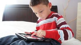 Pojke med iPad Arkivfoton