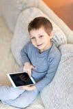 Pojke med iPad Arkivbild