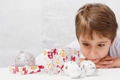 pojke med julgarnering Royaltyfria Bilder