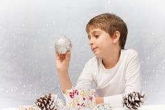 pojke med julgarnering Arkivbilder