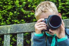 Pojke med kameran royaltyfria foton