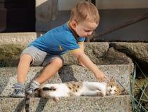Pojke med katten Royaltyfria Foton
