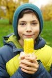 Pojke med kokt guld- havre Royaltyfri Fotografi