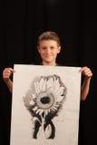 Pojke med konstprojekt Arkivbild