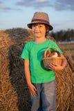 Pojke med korgen av bullar Royaltyfri Foto