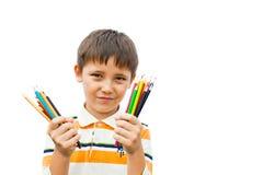 Pojke med kulöra blyertspennor Arkivbild