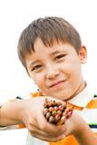 Pojke med kulöra blyertspennor Royaltyfria Bilder