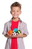 Pojke med lilla bollar Fotografering för Bildbyråer