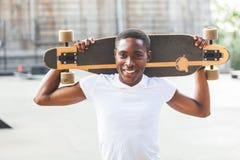 Pojke med Longboard arkivbild