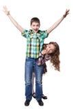 Pojke med lyftta händer i färgrik skjorta och pip Arkivfoton