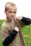 Pojke med lyftta nävar Arkivbild