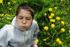Pojke med maskrosen Arkivbild