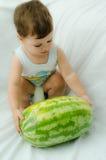 Pojke med melonen royaltyfri bild