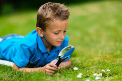 Pojke med mikroskopet Arkivbild