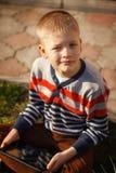 Pojke med minnestavlan utomhus Barn med PCdatoren Royaltyfri Fotografi