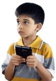 Pojke med mobiltelefonen Arkivbilder