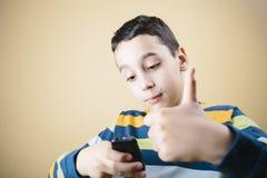 Pojke med mobiltelefonen Royaltyfri Fotografi