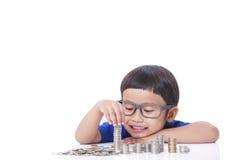 Pojke med mynt arkivbild